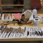 Útiles y herramientas del dorador. Hierros, cinceles, bol, pinceles, pomazón, polonesas, cuchillo, oro fino y ágatas.