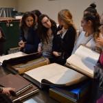 Consultando los libros contables de 1913 en el Archivo