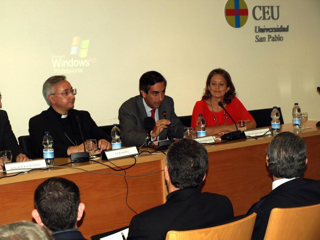 Mª Carmen Fernández Arredondo en la presentación de las Jornadas de Arquitectura Litúrgica (2013)