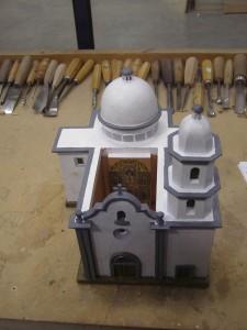 La maqueta de San Juan Capistrano que la talla de fray Junípero Serra sostiene en su mano.