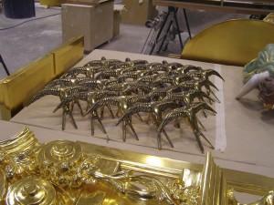 Las golondrinas de madera se encuentran repartidas por el retablo.