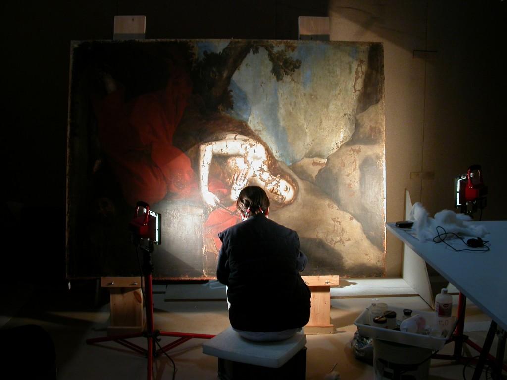 Un miembro del equipo de restauración interviene sobre el lienzo de la Magdalena