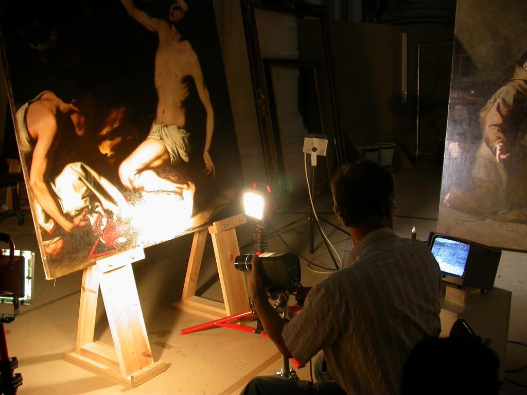 El equipo técnico fotografía con rayos infrarrojos la firma de Ribera del lienzo del Martirio de san Lorenzo.