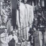 Félix Granda y el equipo de escultores ante el retablo del Sagrado Corazón de Reina, La Habana (1922)
