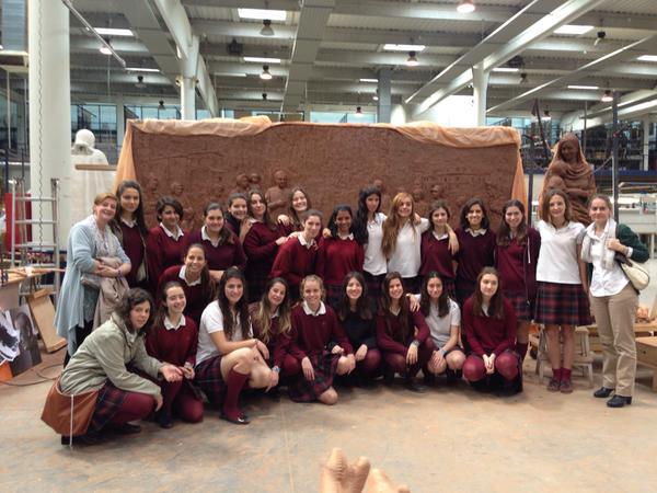 Las alumnas de 1º de Bachillerato de Fuenllana ante el modelo en barro para un retablo.