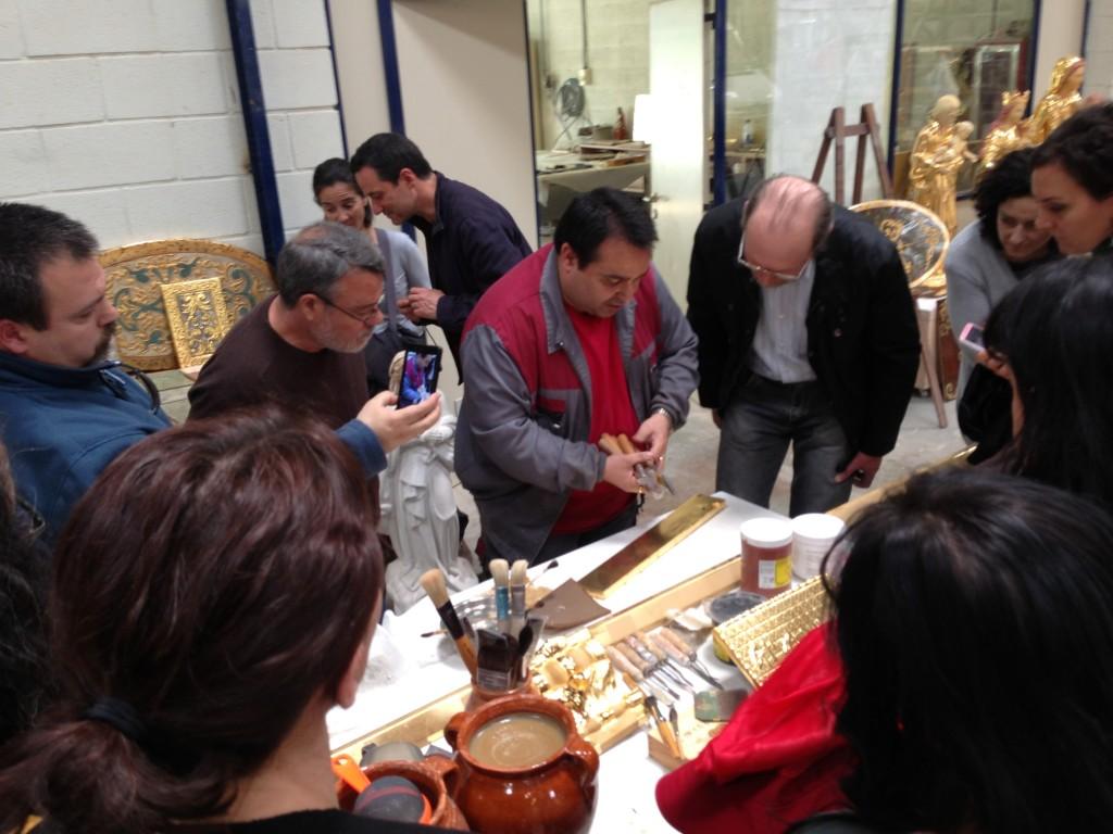 Los alumnos en el taller de dorado.