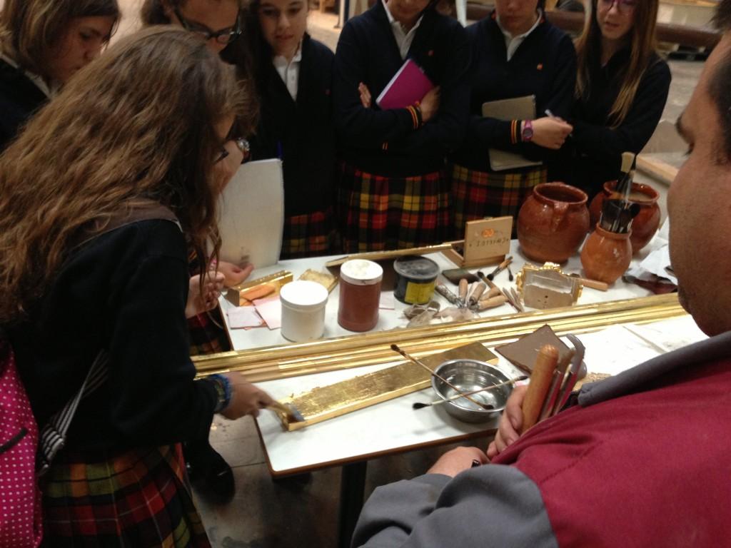 Algunas de las alumnas de 2º de la ESO de Alborada se aventuraron a bruñir una tabla ellas mismas.